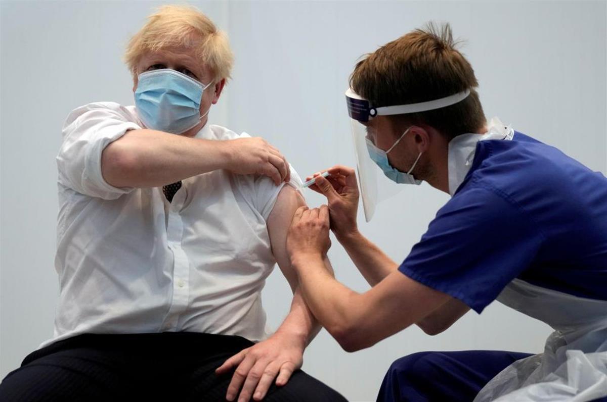 アストラゼネカ製ワクチンの2回目の接種を受けるジョンソン英首相(ロイター)