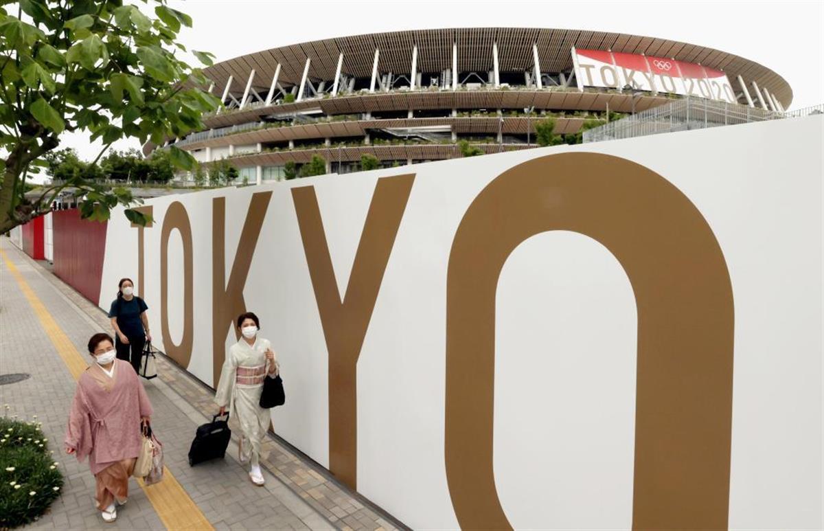 国立競技場(奥)では幕で装飾が施されるなど、開会式に向け準備が進められている