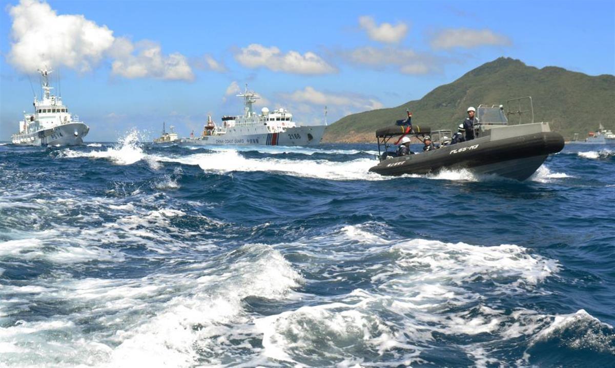 撮影した写真には、領海侵入した中国海警局船(中央)と、警戒する海保の巡視船などが写っていた
