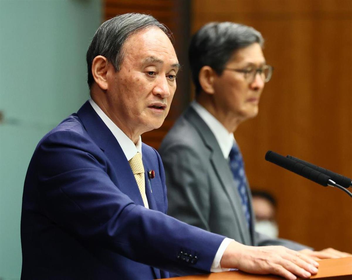 東京都への4度目の緊急事態宣言発令を発表する菅首相(左)と、政府コロナ分科会の尾身会長=8日、首相官邸