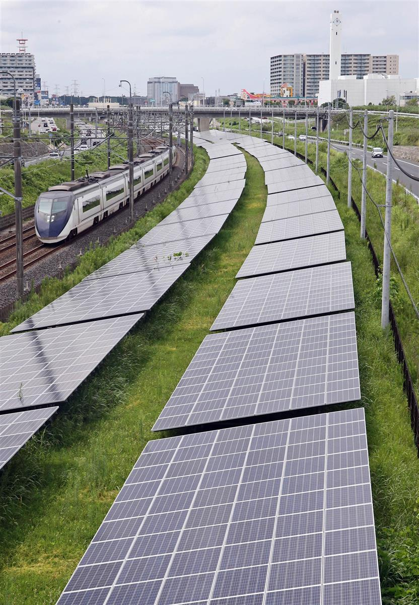 千葉県印西市に設置された太陽光発電パネル。政府は温室効果ガス削減目標をこれまでより上積みした