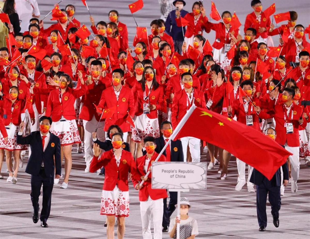 中国選手団の入場行進 =23日、国立競技場