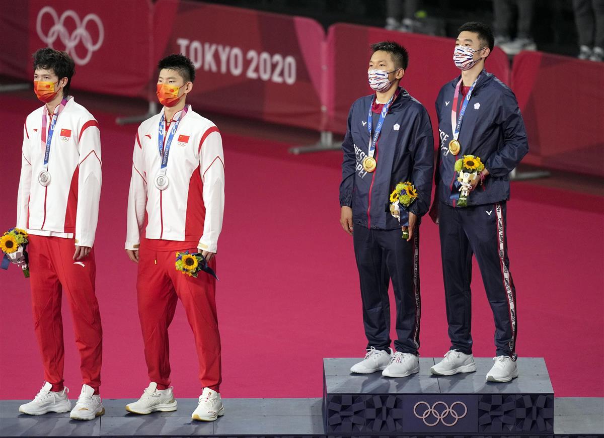 バドミントン男子ダブルスで金メダルを獲得した台湾ペア(右)と、銀メダルの中国ペア(左)(AP Photo/Markus Schreiber)