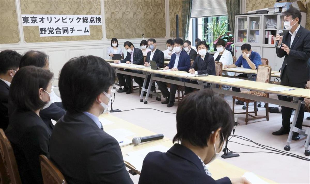 「東京オリンピック総点検野党合同チーム」ヒアリングで、関係各省庁の職員(左側)から聞き取りする野党議員ら=7月6日、国会内