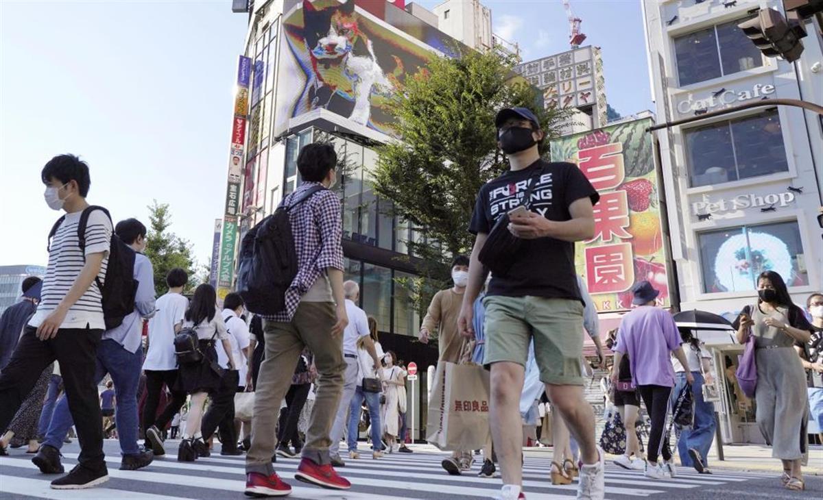 東京・新宿を歩く大勢の人たち(共同)