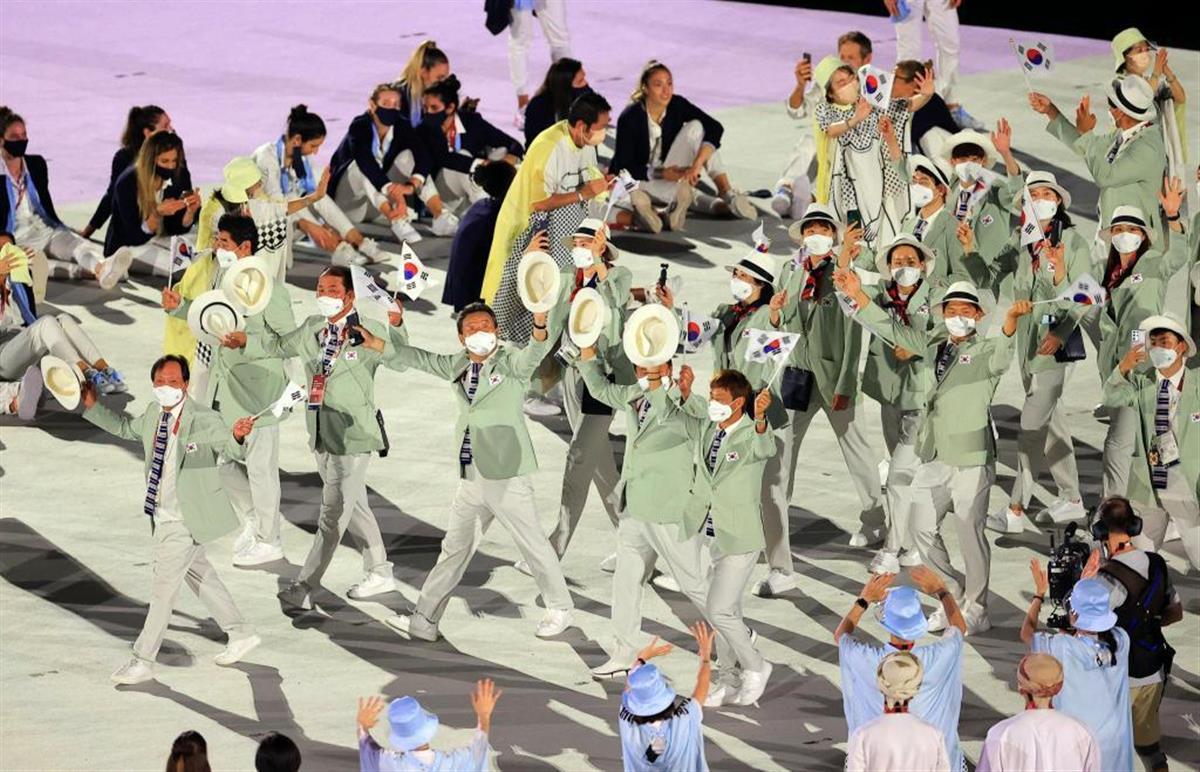 五輪開会式で入場行進する韓国選手団=7月23日、国立競技場