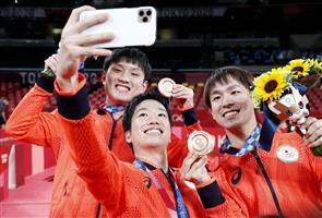 「東京が最後…」記念撮影 卓球男子団体「銅」水谷隼、張本智和、丹羽孝希