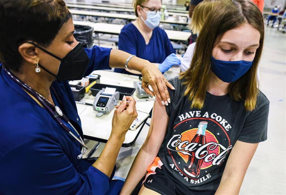 ワクチンを接種する米フロリダ州の高校生(ゲッティ=共同)