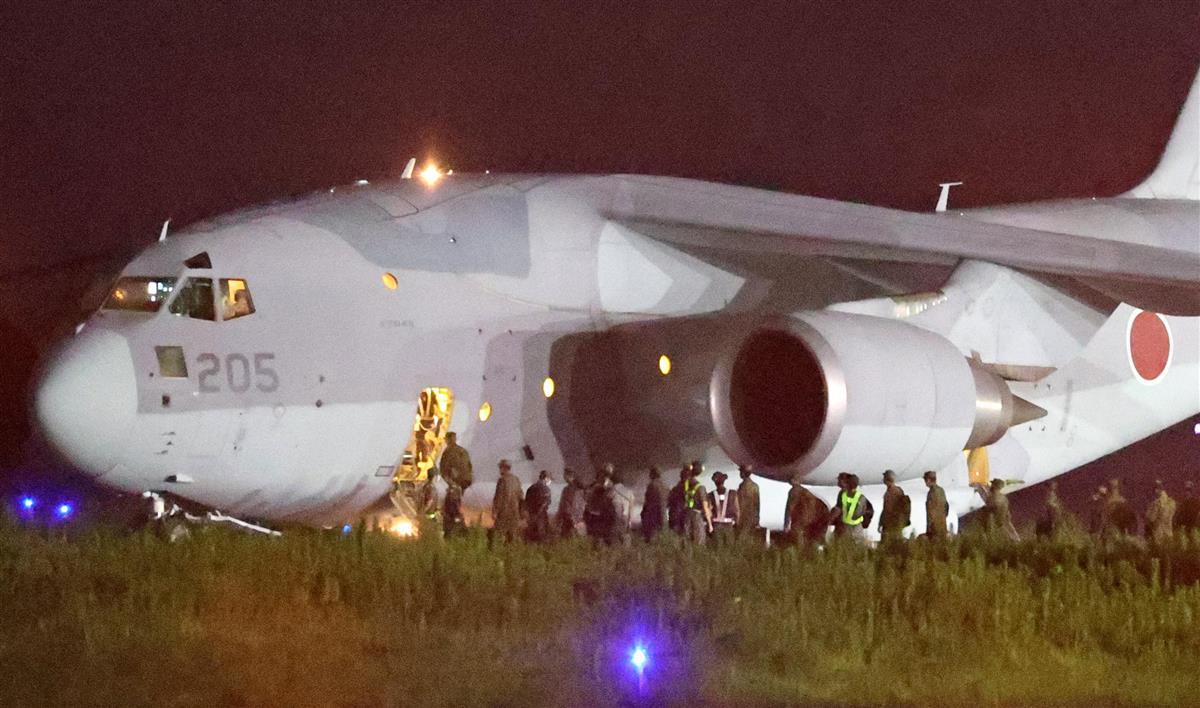 アフガニスタンで邦人を移送させる準備のためC-2輸送機に乗り込む自衛隊員ら=24日午前0時38分、鳥取県境港市の航空自衛隊美保基地(彦野公太朗撮影)