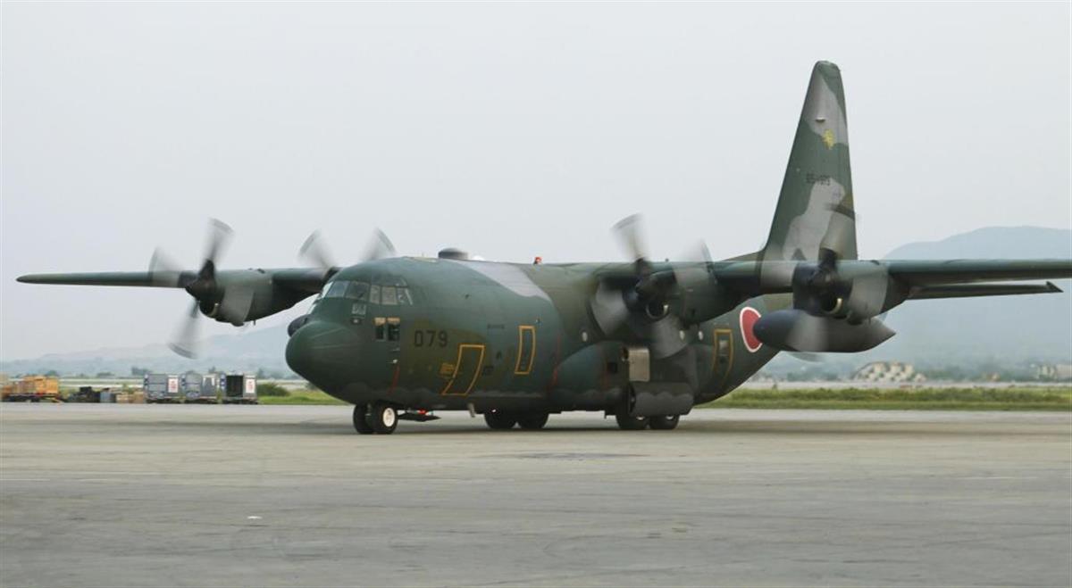 アフガンの隣国、パキスタンの国際空港に到着した航空自衛隊のC130輸送機(共同)