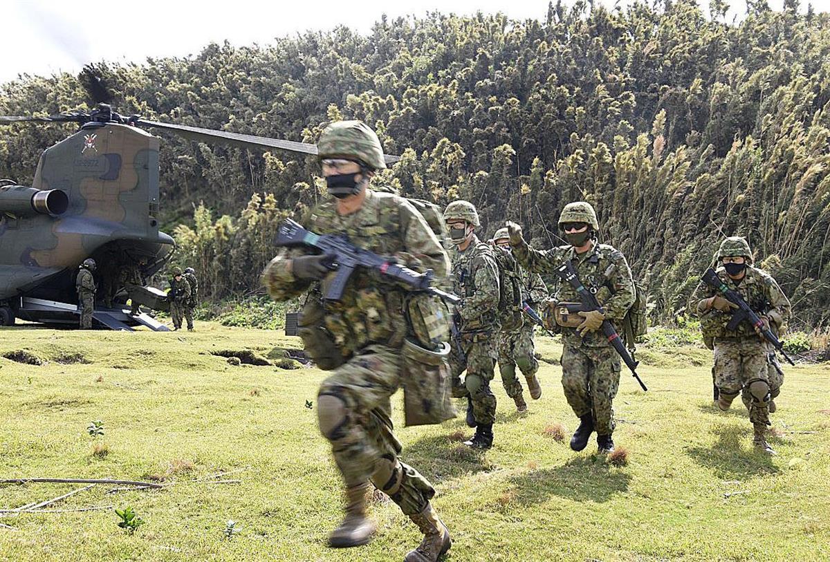 離島防衛訓練を行う陸自隊員=30日(防衛省提供)