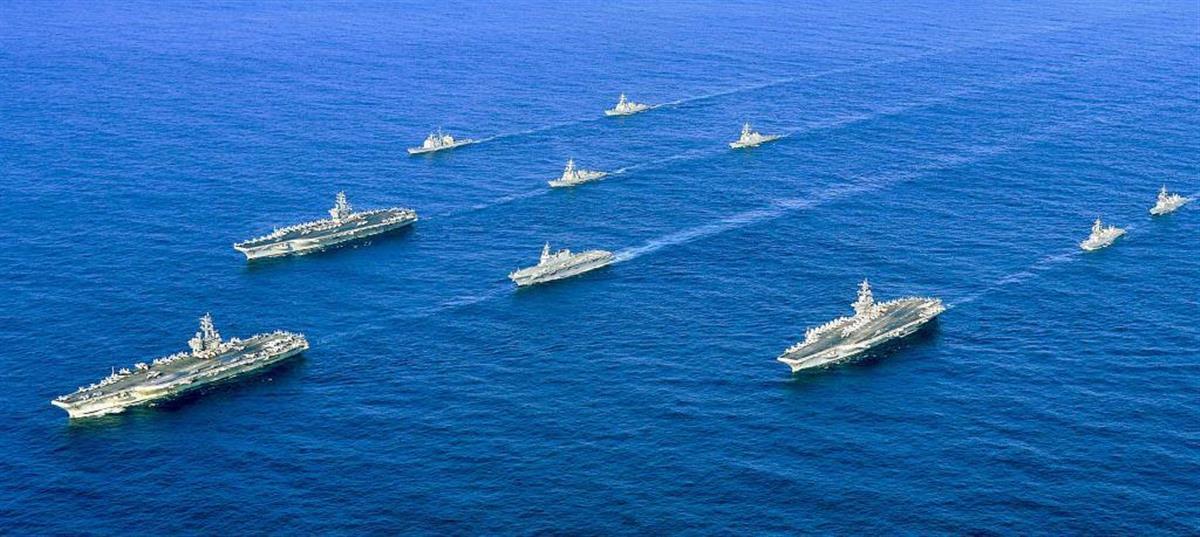 共同訓練する米空母「ロナルド・レーガン」(左端)と、同「ニミッツ」(その右上)、同「セオドア・ルーズベルト」(手前右)、海自護衛艦「いせ」(中央)など(海上自衛隊提供)