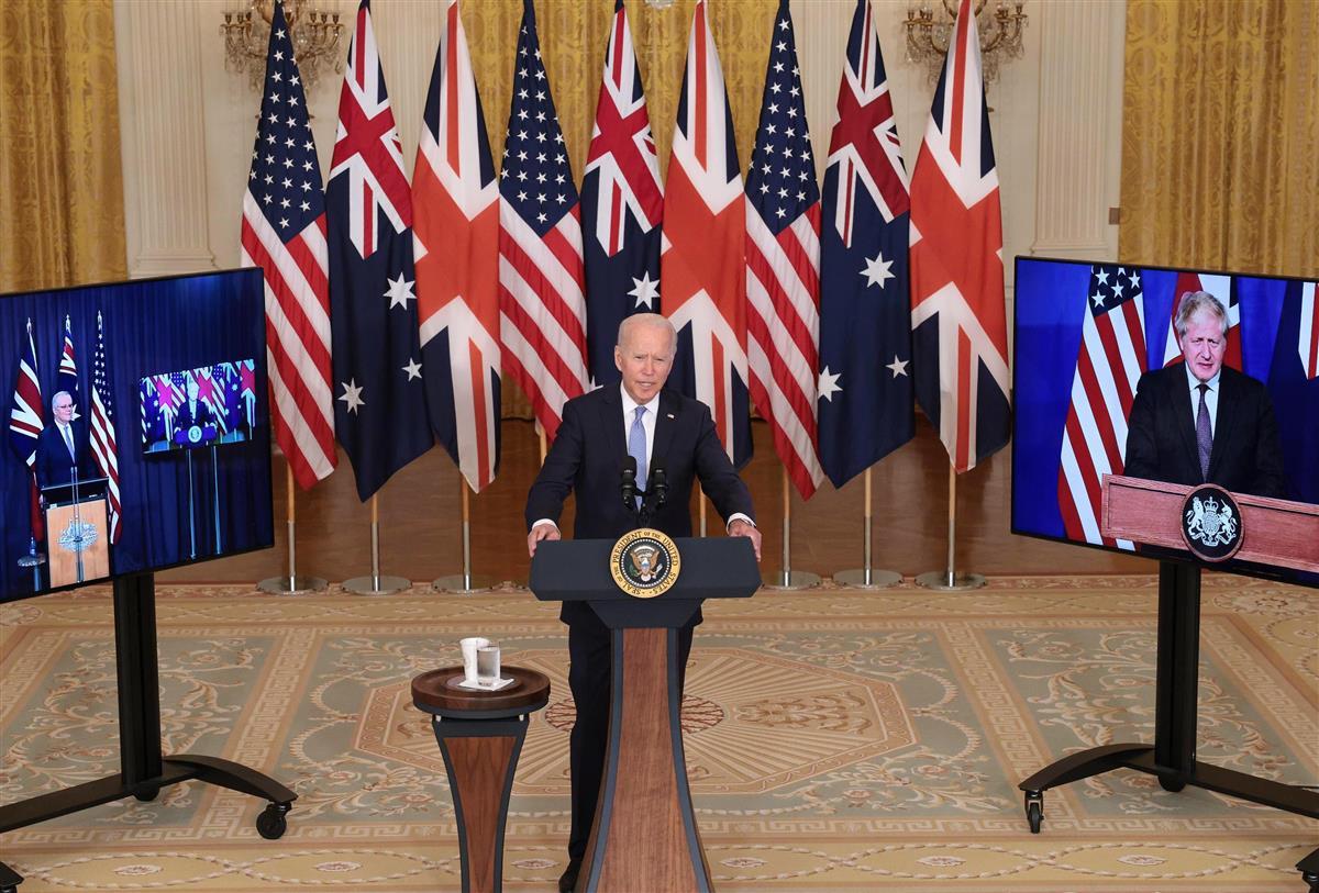 米ホワイトハウスで話すバイデン大統領。右の画面はジョンソン英首相、左の画面はモリソン豪首相=15日(ゲッティ=共同)