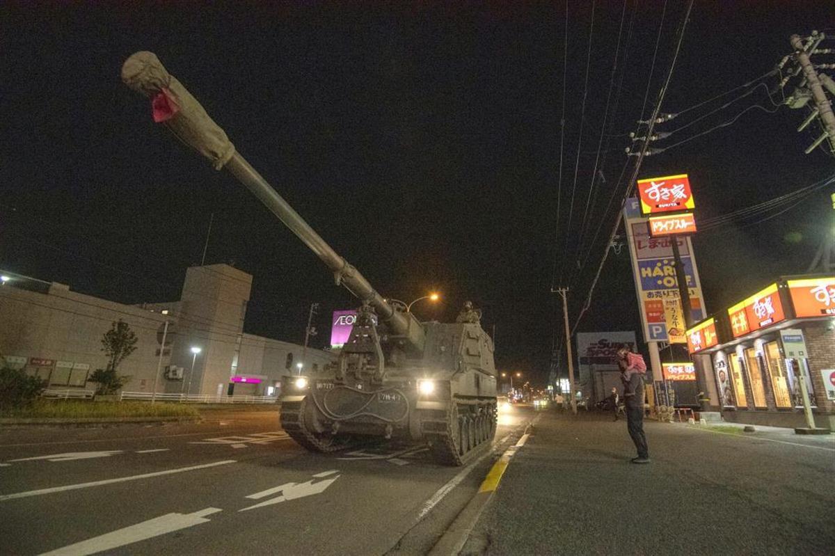 夜間、市街地を移動する99式155ミリ自走りゅう弾砲