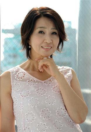 白服の秋吉久美子