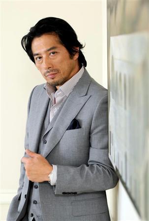 お洒落なスーツの真田広之さん